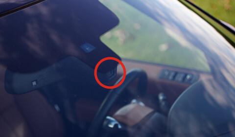 dónde está ubicado el sensor de lluvia del parabrisas